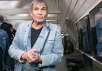 Музыкант и продюсер Бари Алибасов попал в токсикореанимацию института Склифосовского после того, как по ошибке выпил у себя дома средство для прочистки труб «Крот»