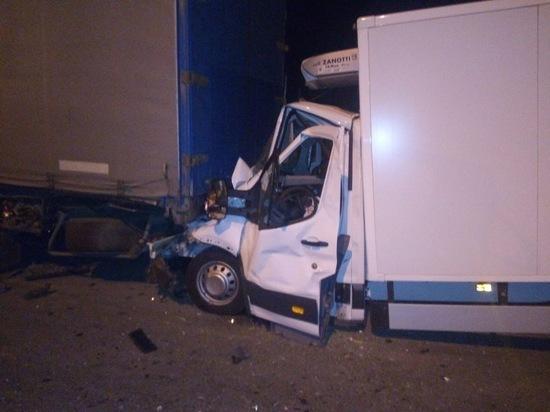 На М-10 в Тверской области грузовик въехал в фуру и «смялся»