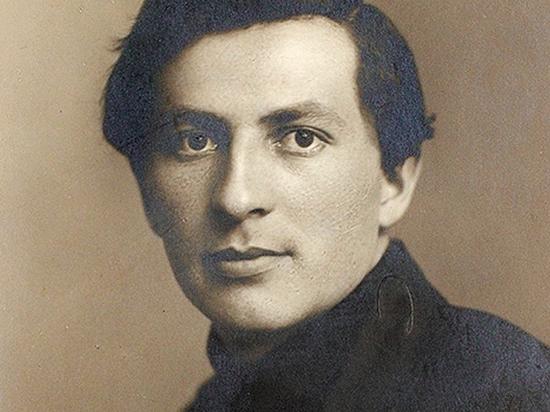 Поэт Александр Жаров начал публиковаться в московской