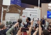 Тина Канделаки и Стивен Сигал покрасили наличник нижегородского ОКН