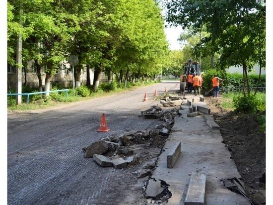 В поселке Большевик проводят благоустроительные работы