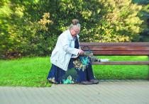 Старость принято уважать: уступи место в метро пожилому, позвони бабушке на день рождения, переведи дедушку через дорогу