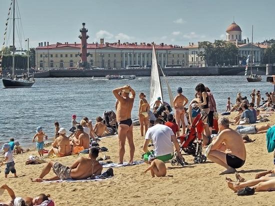 Ошалевшие от жары петербуржцы бросаются в реки и каналы