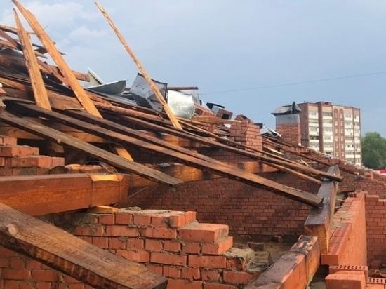 В Воткинске гроза сорвала крышу с жилой пятиэтажки