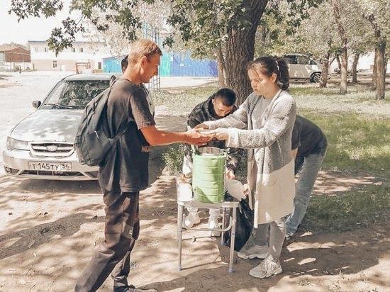 Добросердечные граждане Оренбурга кормят нуждающихся