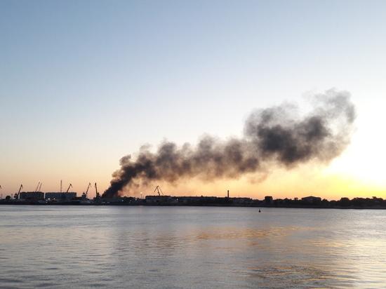 В Астрахани пожар в рыбном цеху тушили до утра
