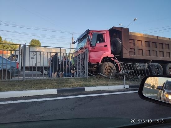 На Московском проспекте в Ярославле грузовик снес ограждение