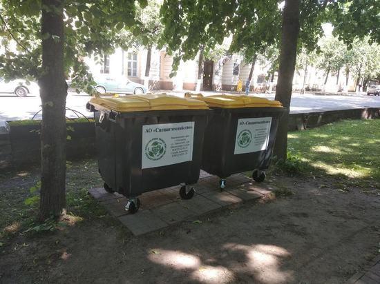 В Смоленске меняют старые мусорные контейнеры на новые