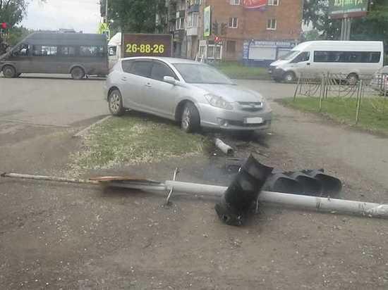 Житель Черногорска сбил светофор