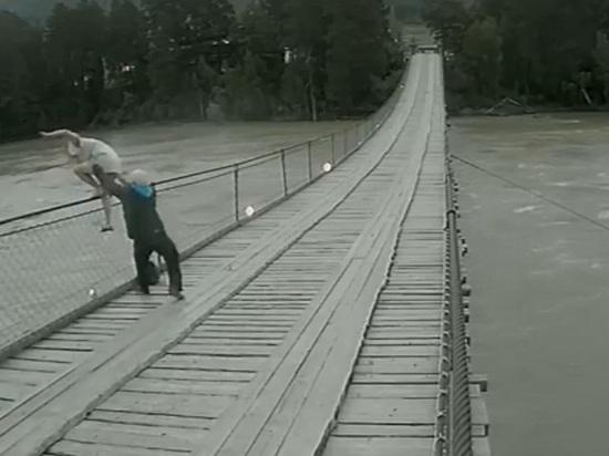 Парень спас девушку, которая хотела прыгнуть с моста в Катунь