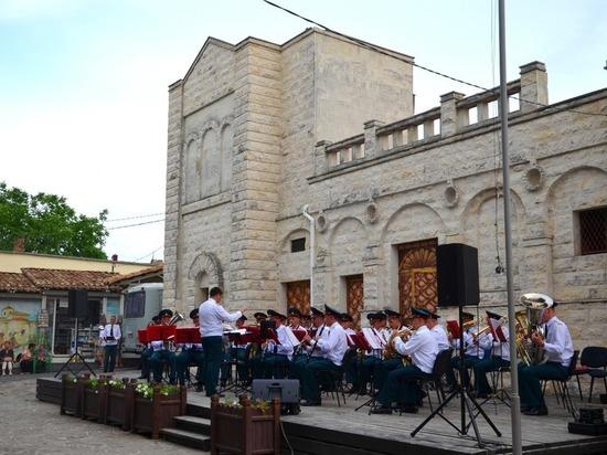 Военный оркестр СКФО бесплатно играет на фестивале в Крыму