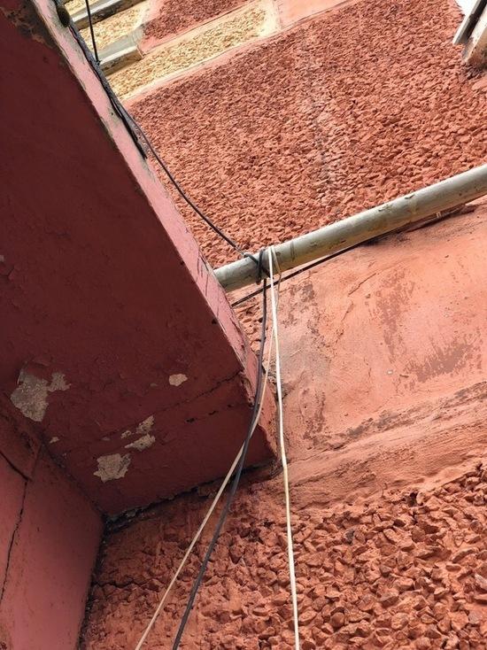 Намотанные на газовую трубу провода заметили в Новом Уренгое