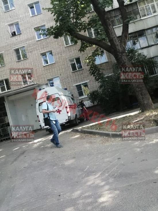 Бабушка выпала с балкона 5 этажа в Калуге