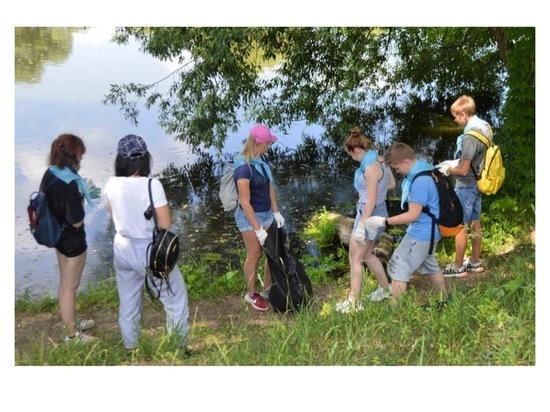 Юные серпуховичи навели порядок возле плотины на реке Наре