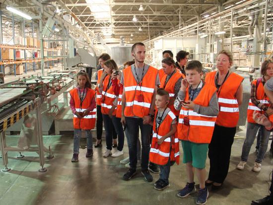 Дети сотрудников уфимского аэропорта побывали на заводе керамической плитки