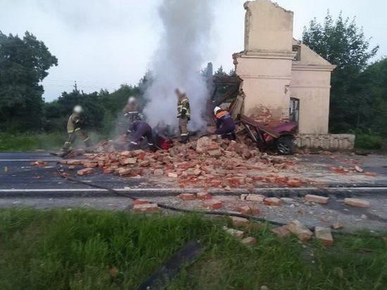 Под Советском водитель «Мерседеса» разбился о придорожное здание