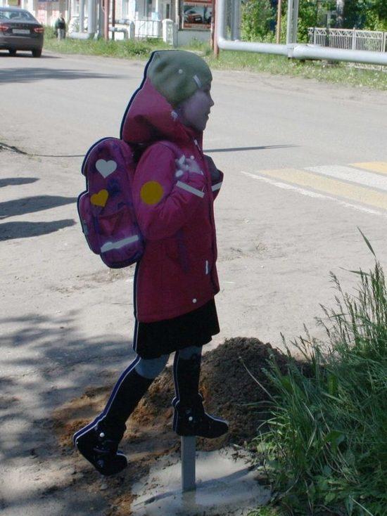 В Кировской области на переходе поставили макет школьной ученицы