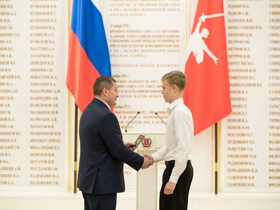 Волгоградский губернатор вручил паспорта отличившимся школьникам