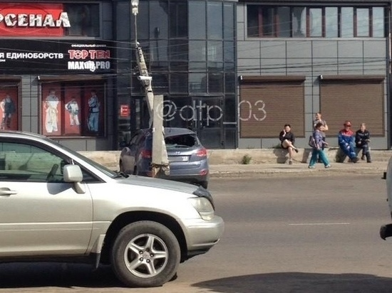 В Улан-Удэ столб «наехал» на автомобиль