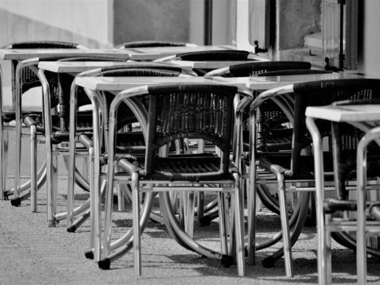 Соцсети: в Донском столик летнего кафе упал и выбил девочке зубы