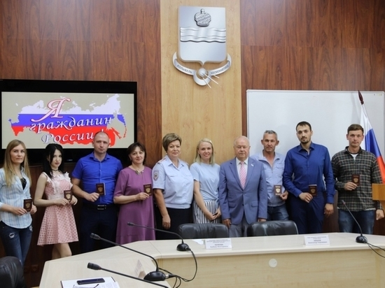 В Калуге торжественно вручили российские паспорта