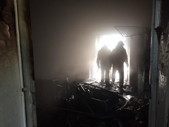 Жильцов дома в Сегеже эвакуировали из-за пожара в магазинах на первом этаже