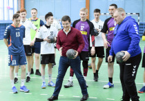 Дмитрий Артюхов сыграл в гандбол с командой «Фаворит»