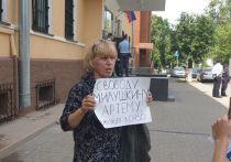 Мать Артёма Милушкина провела пикет у здания УМВД в Пскове