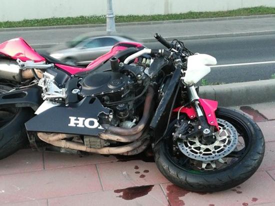 Мотоциклиста раскидало по дороге после страшного ДТП в Москве