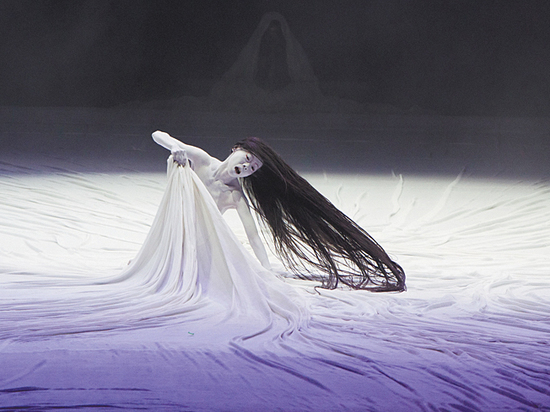 Главная героиня спектакля Чеховского фестиваля отрастила волосы до пят