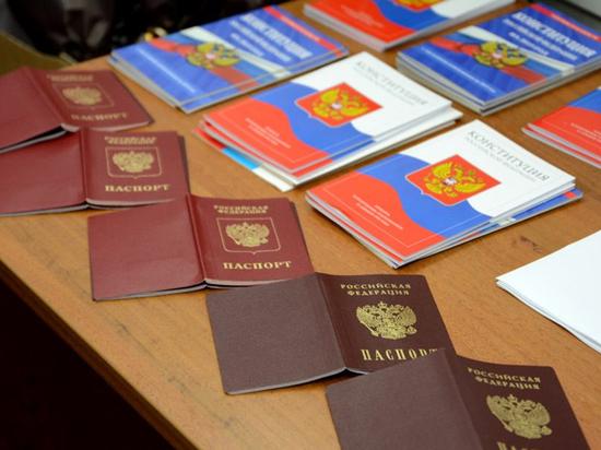 Саботаж и фарс: эксперты прокомментировали выдачу российских паспортов жителям Донбасса