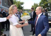 Бывшая министр иностранных дел Австрии Карин Кнайсль раскрыла подробности вручения президенту России Владимиру Путину свадебного приглашения