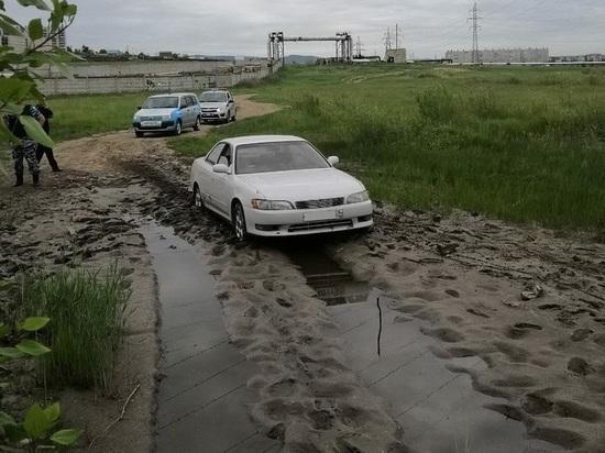 Toyota Mark-II увязла в грязи, скрываясь с места аварии в Чите
