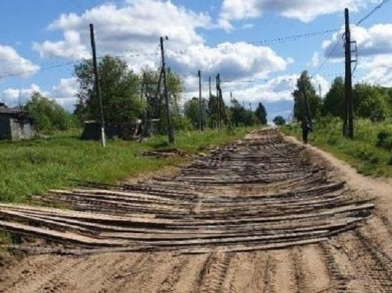 В Лузском районе местные жители сделали ремонт дороги горбылем