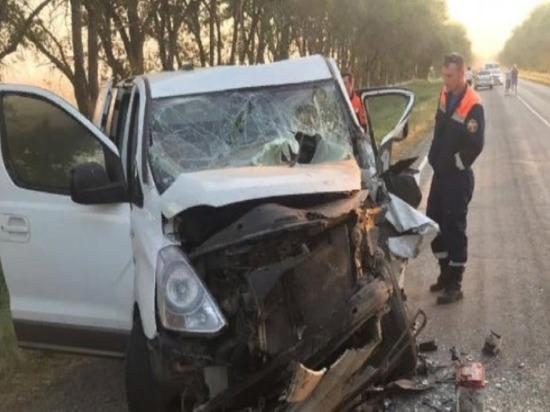 Следовавший в Калмыкию минивэн с 7 пассажирами попал в аварию