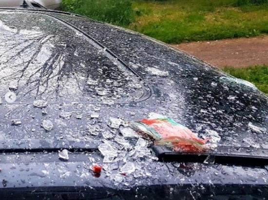 В Кирове на юго-западе хулиганы повредили автомобиль банкой томатного сока