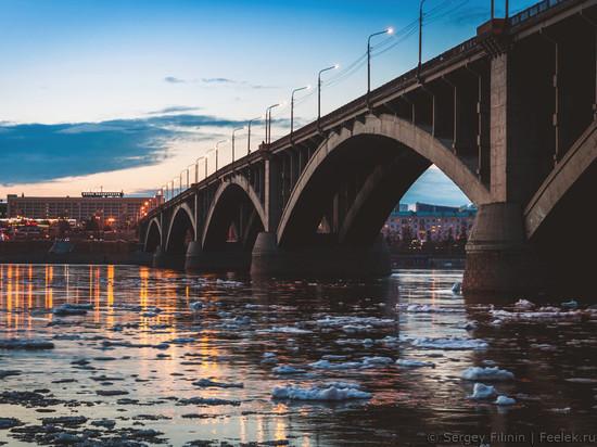В Красноярске мужчина выжил после падения с Коммунального моста
