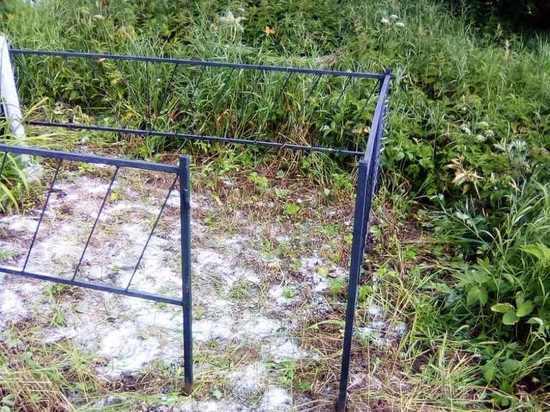 Вандалы украли оградки на калужском кладбище
