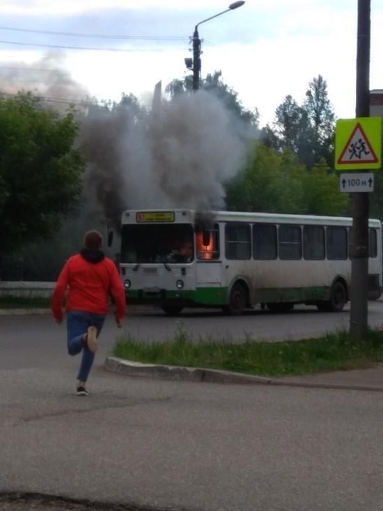 В Нововятске на ходу вспыхнул автобус: кировчанин спас пассажиров