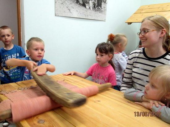 Старицкие дети с ухватами и рубелем окунулись в мир предков