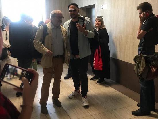 Кирилл Серебренников появился у зала суда по делу