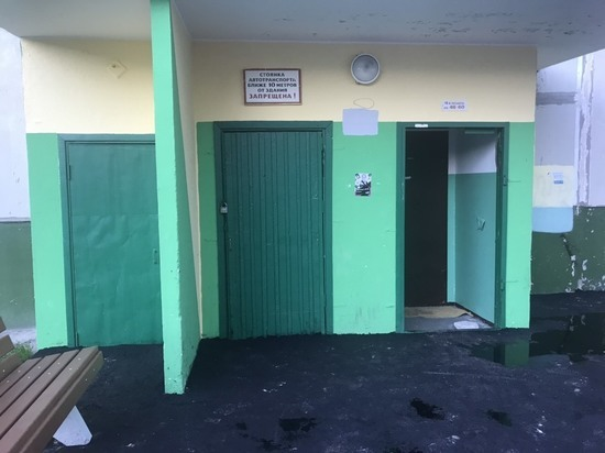 Дорожники заасфальтировали дверь подъезда в Ноябрьске