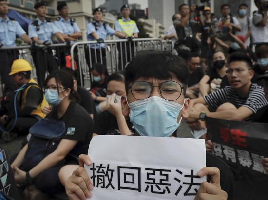 Миллионы в Гонконге вышли на акцию протеста: чего они хотят