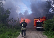 В Архангельске потеплело: местные отроки основательно протопили улицу дровяными сараями