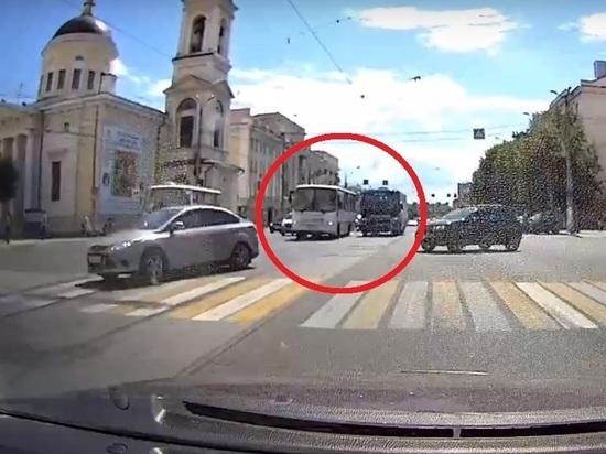 В Твери маршрутки устроили драг-рейсинг на трамвайных путях