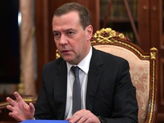 Медведев обратил внимание на резкое подорожание бензина