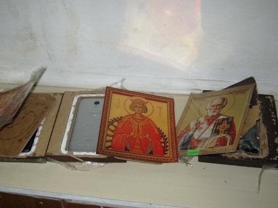 На архангельскую зону пытались переправить телефоны в иконах