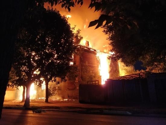 Ночью в Твери пожарные тушили пожар в двухэтажном доме