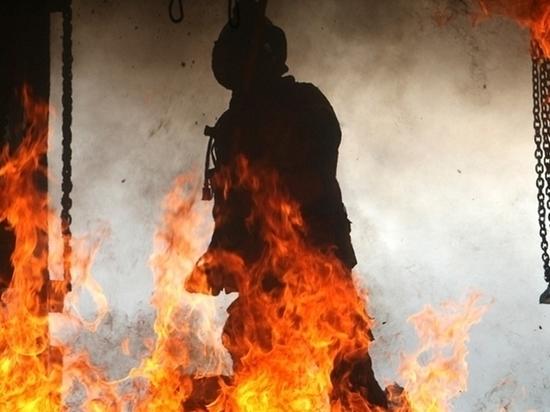 В Твери начался крупный пожар в заброшенной школе