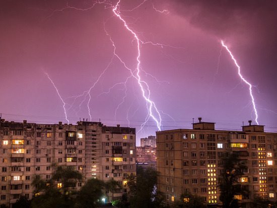 В Красноярск опять идет гроза и шторм